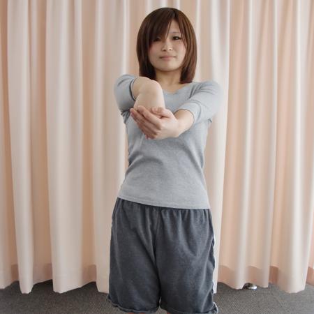 ②逆手で①の腕を手前側にストレッチ。
